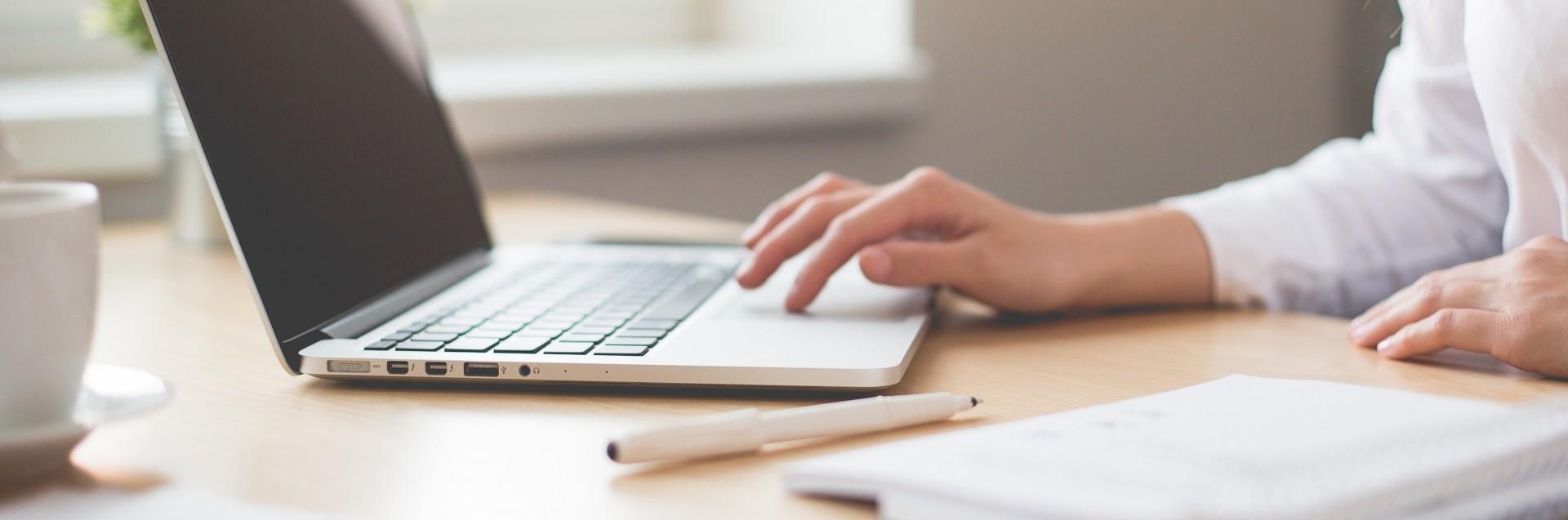 Kvinner arbeider på datamaskin