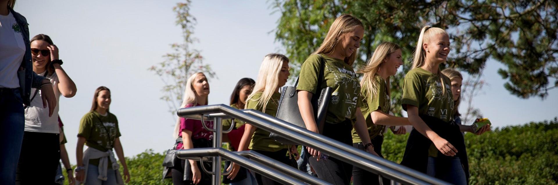 Studenter i trapp ute på campus_studiestart august