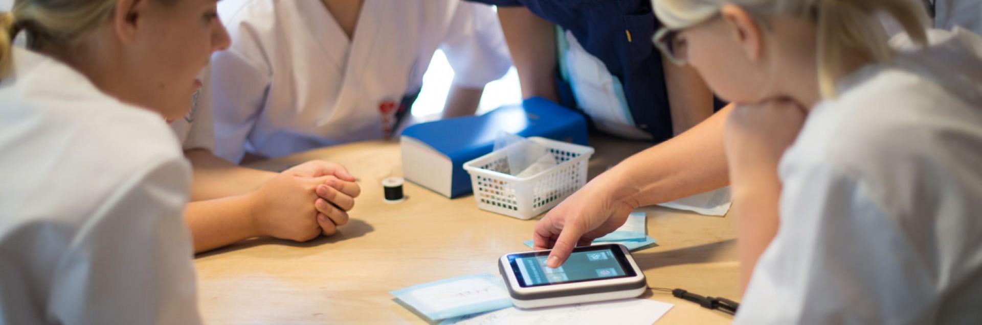 Sykepleiestudenter i lab