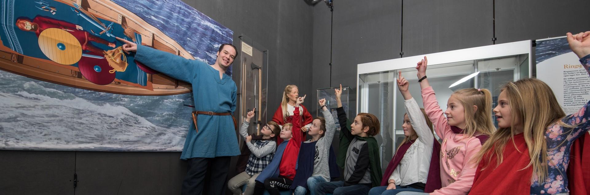 Elever får undervisning på Arkeologisk museum