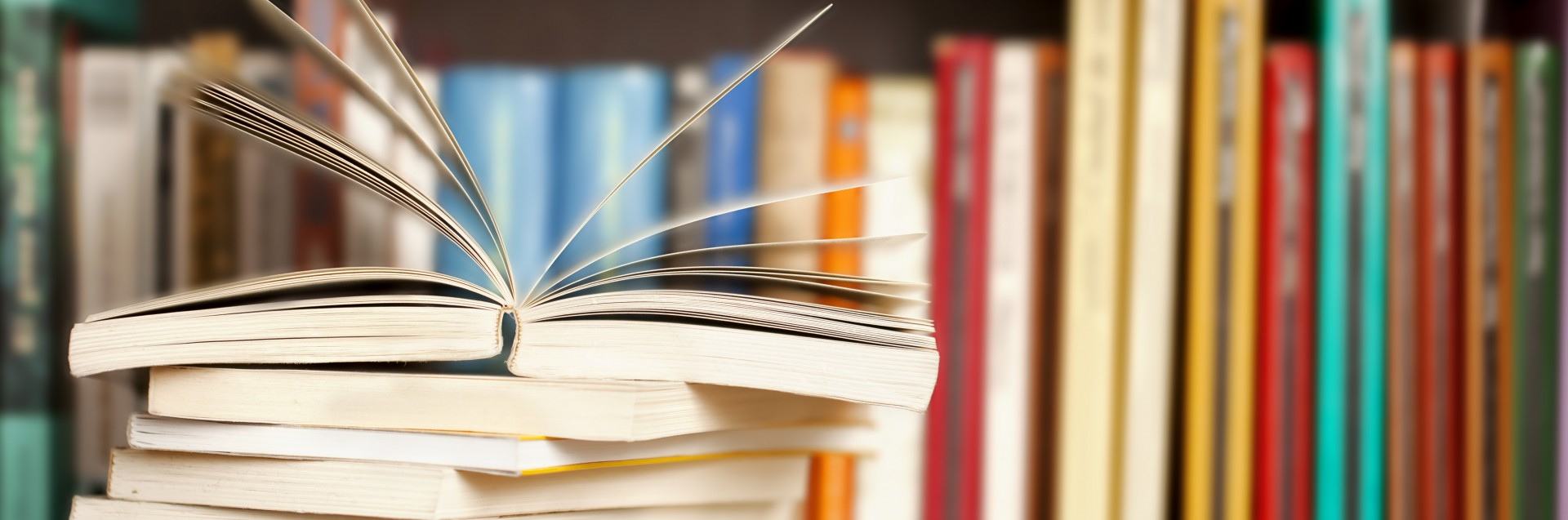 Bøker i bokhylle