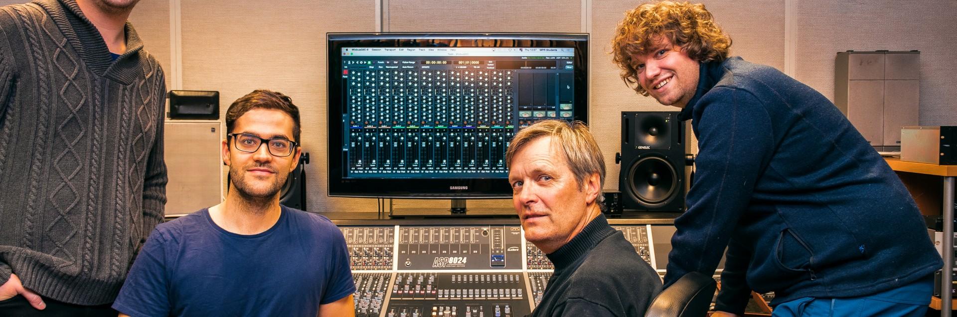 Studenter sammen med Mark Drews på Musikkproduksjon og opptaksteknikk. Foto: Alberto Echevarria