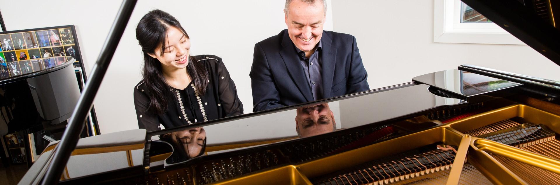 Prof. Erling Eriksen og klaverstudent ved Fakultet for utøvende kunstfag. Foto: Marius Vervik