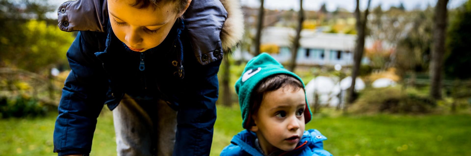To barn leker i skogen.