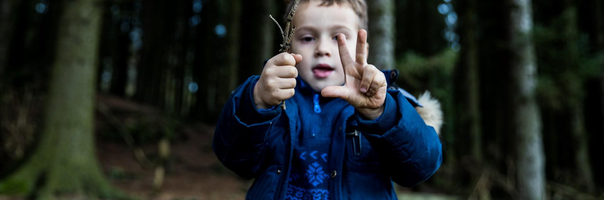 Gutt leker i skogen