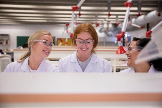 Studenter på lab