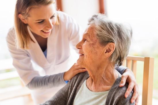 sykepleier med eldre dame