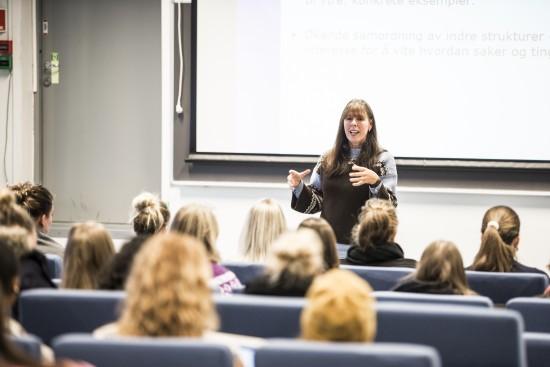 Kvinnelig lærer i klasserom underviser studenter