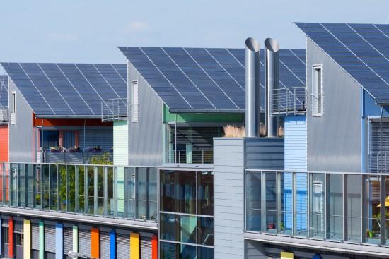 Moderne, grå hus med solpanel på taket