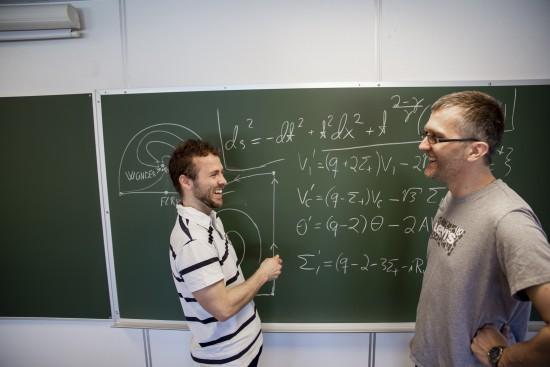 Sigbjørn Hervik (veileder) og Ben David Normann løser universets gåter. Foto: Mari Løvås