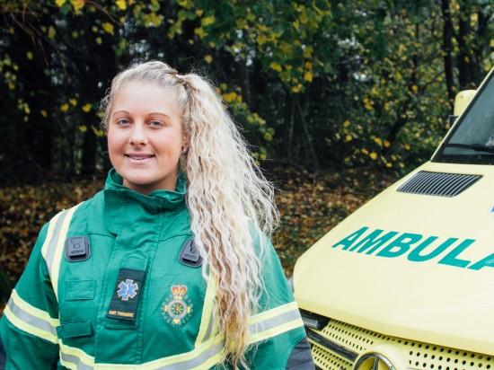 Student Abi Wild foran ambulanse