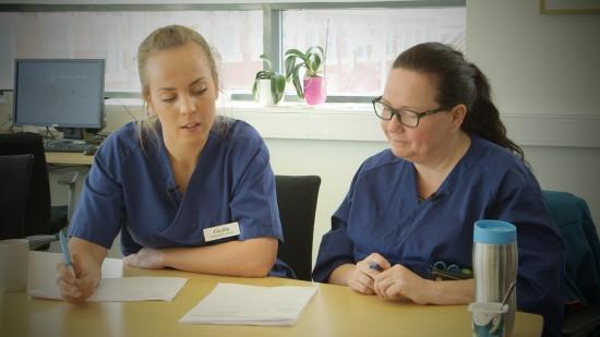 Student og sykepleier under rapport i hjemmetjenesten