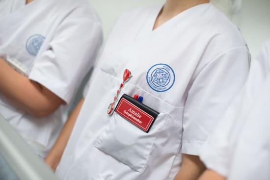 Sykepleiestudent i uniform