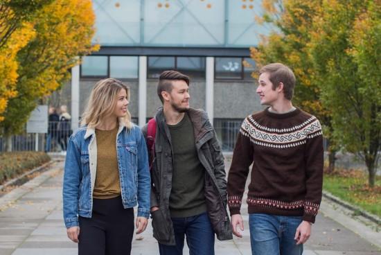 Illustrasjonsfoto med tre studenter, sosial arbeid