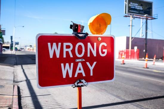 """eg skilt som sier """"wrong way"""""""
