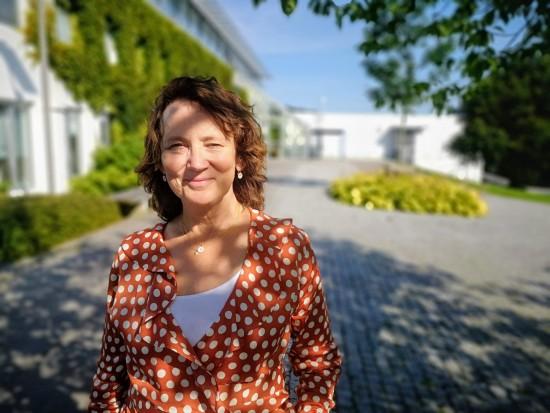 Dekan ved Det samfunnsvitenskapelige fakultet Turid Borgen foran Ellen & Axel Lunds hus.