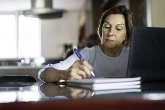Voksen kvinne driver selvstudie hjemme