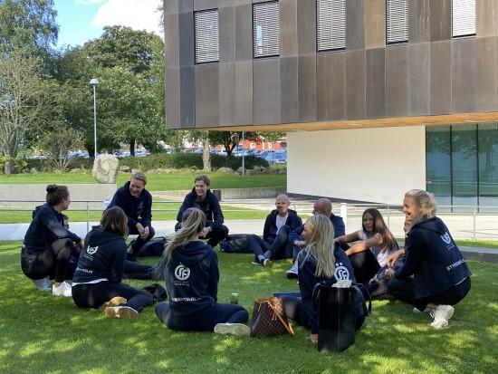 ØSF, Økonomistudentenes forening, har semesterets første styremøte utendørs.