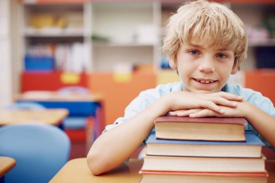 gutt med bøker. foto: getty