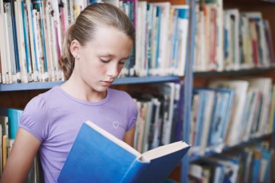 Jente i bibliotek. foto: Getty