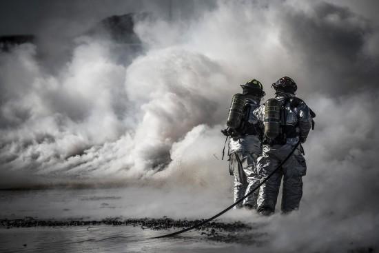 Brannmenn som slukker en brann