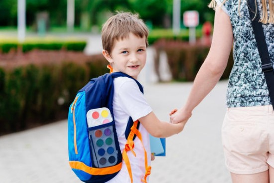 gutt på vei til skolen