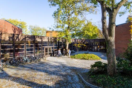 Fakultet for utøvende kunstfag sitt hovedbygg på campus Bjergsted, 2018. Foto: Marius Vervik