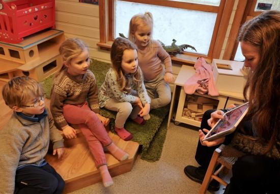 Barn og voksen leser på ipad
