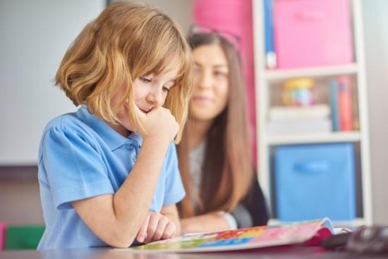 jente leser med lærer