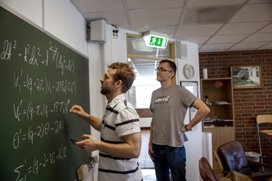 Ben David Normann og Sigbjørn Hervik skriver formler på tavlen