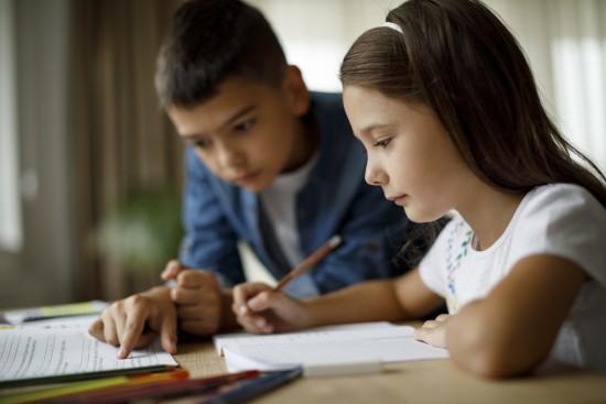 gutt og jente gjør lekser