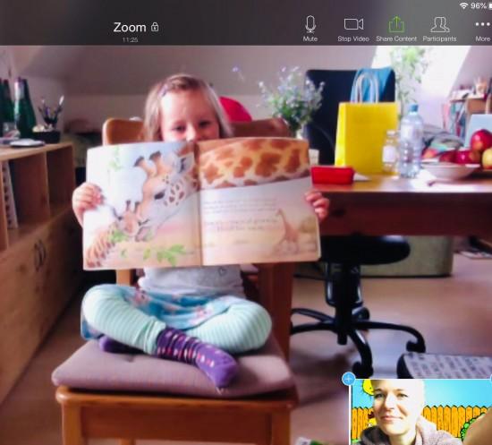 jente leser til pc-skjerm