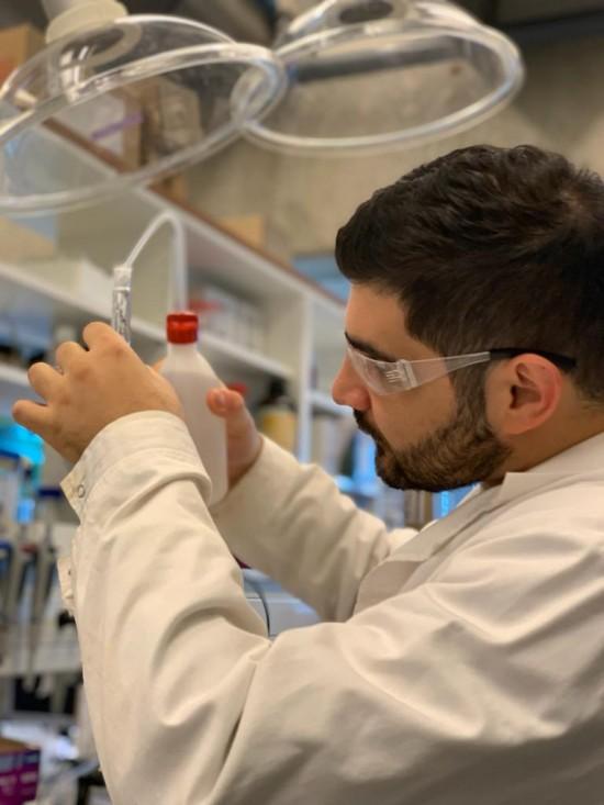 Master student Georgeio in the lab.