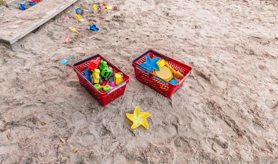 Sandkasse i et uteområde i en barnehage