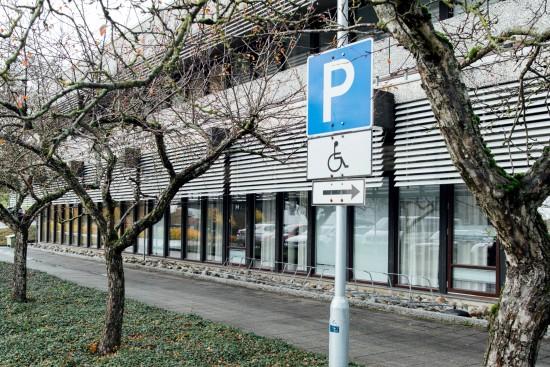 parkering for bevegelseshemmede. Foto: Mari Hult