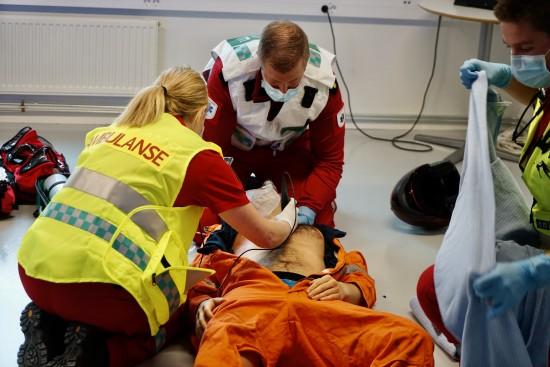 Simulering i HelseCampus Stavanger - Ambulansearbeider bruker ultralyd i undersøkelse av pasient på skadested