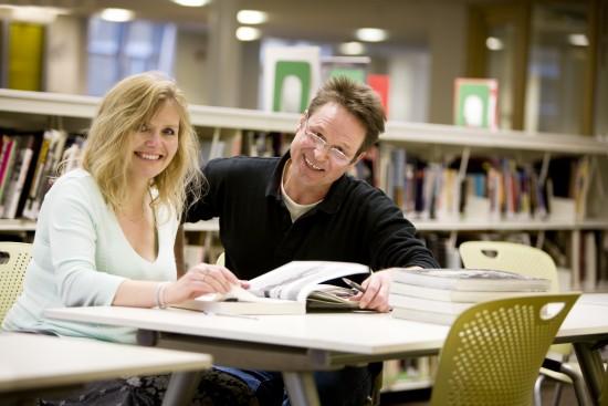 voksne studenter på et bibliotek