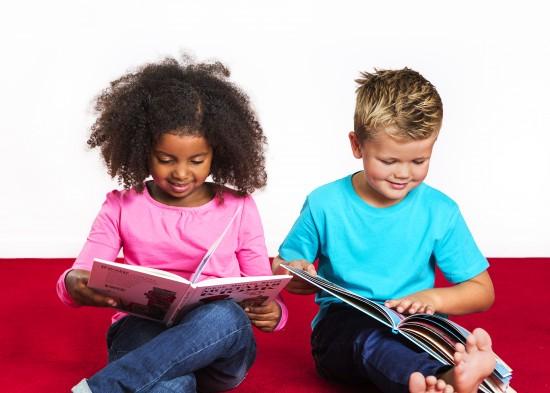 Gutt og jente leser