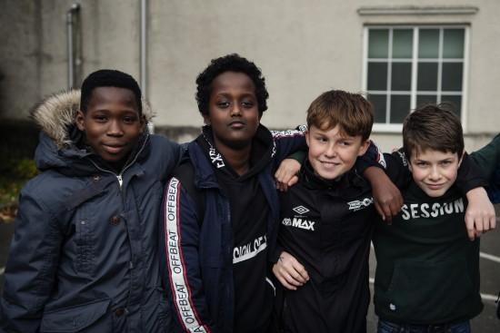 Gutter i ungdomsskolealder som holder rundt hverandre. Foto: Marie von Krogh