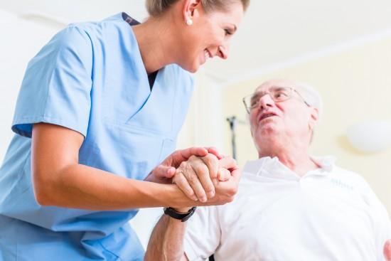Sykepleier og eldre mann med blikk-kontakt