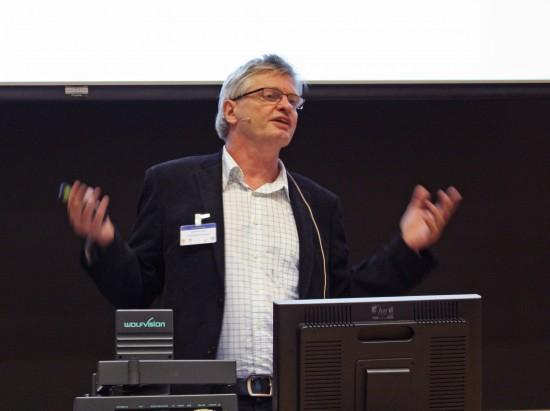 Professor Odd Einar Olsen holder foredrag.