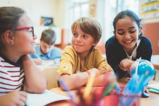 tre elever snakker sammen