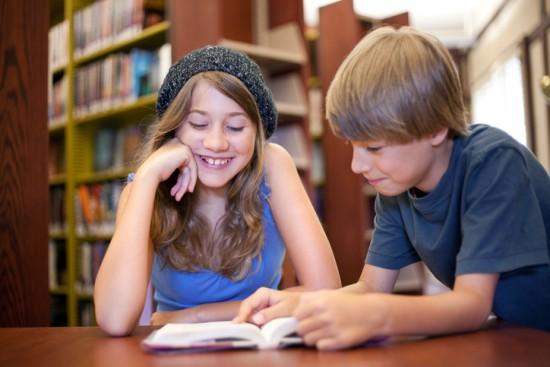 elever leser i bibliotek