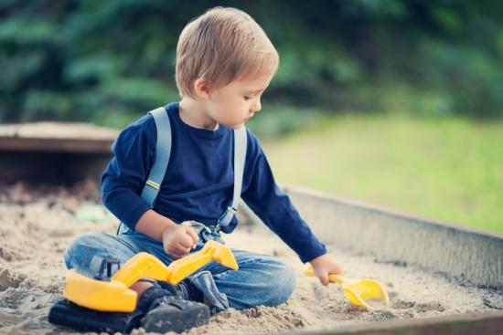 gutt i sandkassa