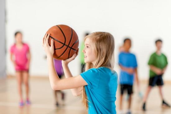jente med basketball