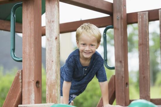 gutt i klatrestativ