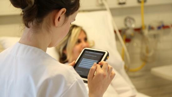 Sykepleiestudent bruker SimPad i utdanning