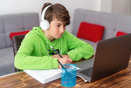 gutt med hodetelefoner
