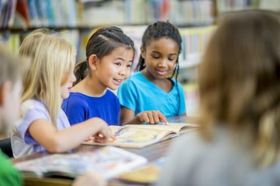 elever leser med lærer