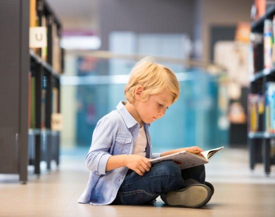 gutt leser i bibliotek
